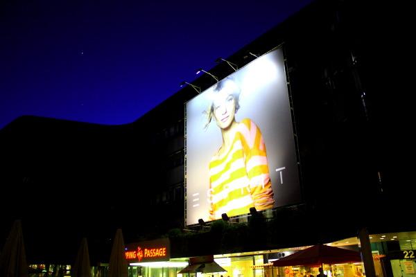 Ganz schön viel Geist: Mega-Werbung bei Klamottengigant ESPRIT